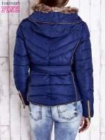 Ciemnoniebieska zimowa kurtka z futrzanym kapturem i paskiem