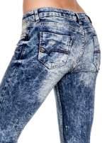 Ciemnoniebieskie spodnie jeansowe rurki marmurki z przetarciami