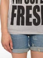 Ciemnoszary t-shirt z napisem SORRY I'M SUPER FRESH z dżetami