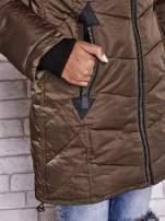 Ciemnozielony puchowy płaszcz z polarowym kołnierzem