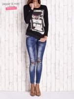Czarna bluzka z nadrukiem dziewczyny
