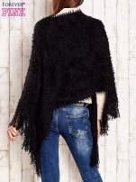 Czarne włochate asymetryczne poncho