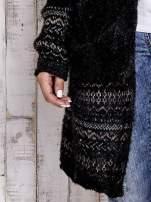 Czarny długi włochaty sweter z kolorową nitką