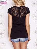 Czarny t-shirt z kieszonką i koronkowym tyłem