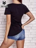 Czarny t-shirt z nadrukiem tekstowym