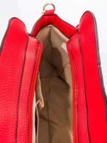 Czerwona torba z klamrami z odpinanym paskiem