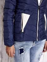 Granatowa pikowana kurtka z jasnym wykończeniem