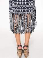 Granatowa sukienka we wzór zig-zag z frędzlami na dole