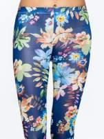 Granatowe legginsy w kwiatki