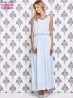 Jasnoniebieska sukienka maxi z łańcuchem przy dekolcie