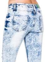 Jasnoniebieskie marmurkowe spodnie jeansowe rurki z dziurami i przetarciami
