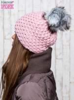 Jasnoróżowa czapka o grubym splocie z pomponem