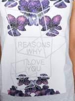 Jasnoszary t-shirt z kwiatowym nadrukiem zdobionym dżetami