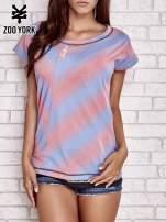 Koralowy t-shirt z graficznym nadrukiem