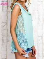 Miętowa bluzka koszulowa z koronkowymi wstawkami na bokach