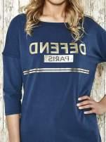 Niebieska bluza ze złotym napisem i suwakiem