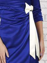 Niebieska sukienka z białą kokardą