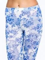 Niebieskie legginsy w roślinny wzór