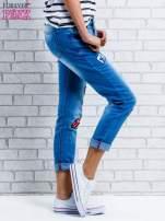 Niebieskie spodnie girlfriend jeans z naszywkami