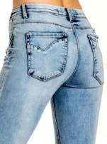 Niebieskie spodnie jeansowe skinny z dziurami na kolanach i haftem