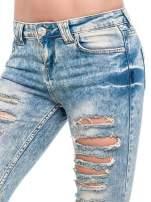 Niebieskie spodnie rurki typu trash jeans
