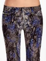 Niebieskie spodnie skinny w kwiaty