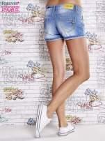 Niebieskie szorty jeansowe z podwijaną nogawką