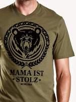 Oliwkowy t-shirt męski z napisem MAMA IST
