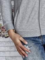 Szara bluza z kapturem z kolorowymi przeszyciami