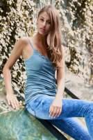 VERO MODA Niebieskozielony top damski z koronkowym dekoltem