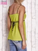Zielony top na cienkich ramiączkach z wiązaniem