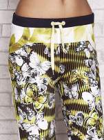 Żółte spodnie capri z nadrukiem motyli