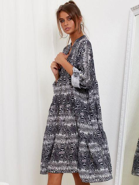 SCANDEZZA Szara sukienka oversize w wężowy wzór                              zdj.                              3