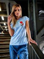 T-shirt damski błękitny z naszywką                                  zdj.                                  1