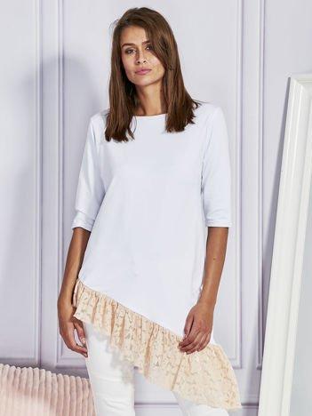 Asymetryczna tunika z koronkową falbaną biała