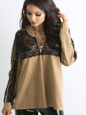 BY O LA LA Jasnobrązowa bluza oversize z koronką