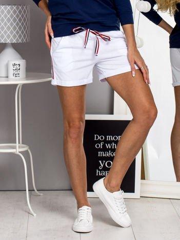 Bawełniane szorty na gumkę z lampasami białe