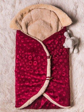 Becik rożek niemowlęcy na futerku zapinany na guziki bordowy
