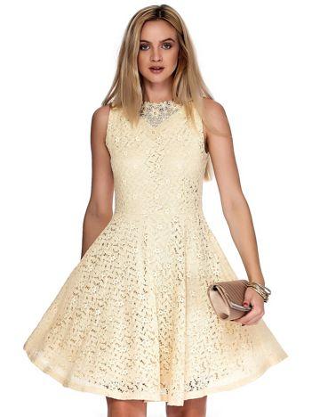 Beżowa koronkowa sukienka z perełkami i ozdobnym dekoltem z tyłu