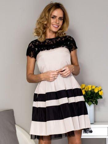 Beżowa sukienka z koronkowym dekoltem