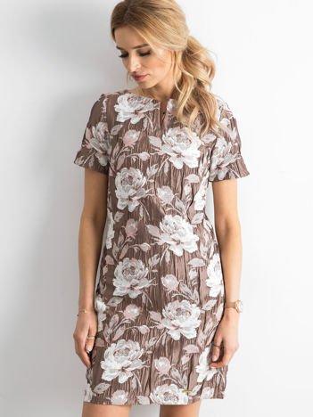 Beżowa sukienka z marszczonego materiału w kwiaty