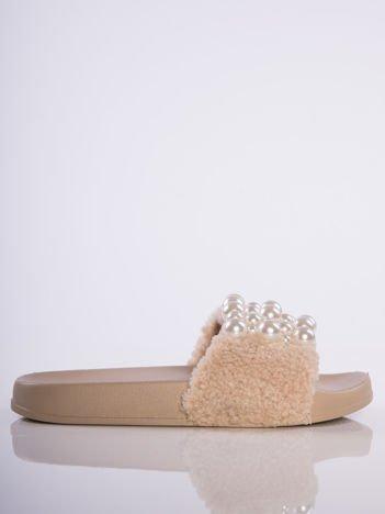 Beżowe klapki z futrzanym przodem i ozdobnymi perełkami