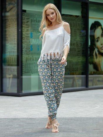 Beżowe materiałowe spodnie w kolorowe wzory