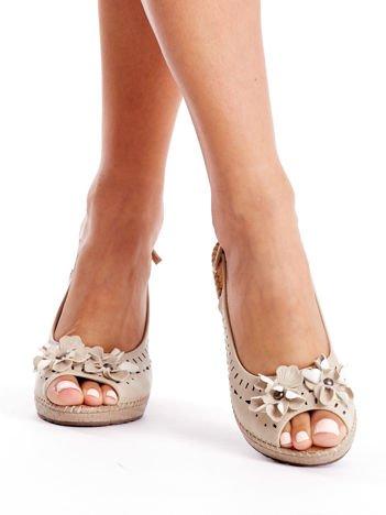 Beżowe sandały damskie na koturnie