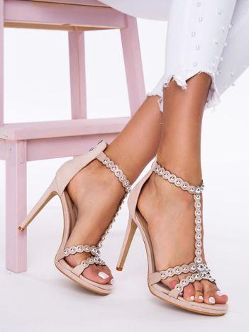 Beżowe sandały na szpilkach, zapinane na suwak z tyłu cholewki ze srebrnymi perełkami na paskach