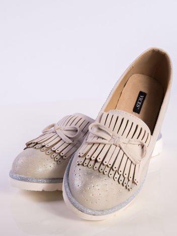 Beżowe skórzane lordsy z zamszową wstawką z przodu buta i ozdobną kokardką, na białej podeszwie