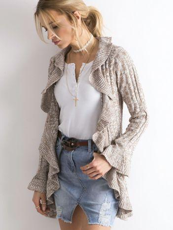 Beżowy otwarty sweter z falbanami