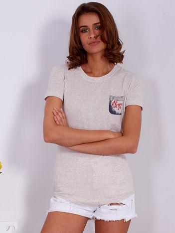 Beżowy t-shirt z nadrukiem kieszonki