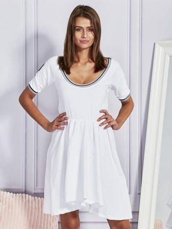 Biał sukienka dresowa z kontrastowym wykończeniem