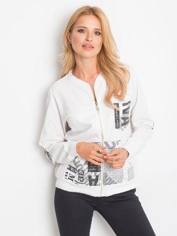 Biała bluza o kroju bomberki z motywami paper print